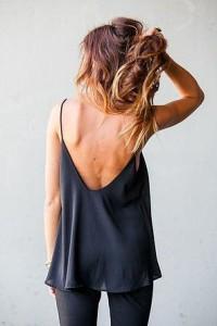 czarna bluzka z odkrytymi plecami
