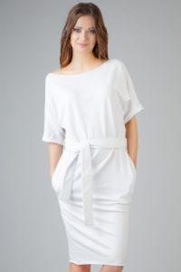 biała sukienka z wiązanym paskiem