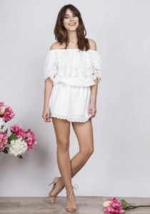 biała sukienka z koronkami