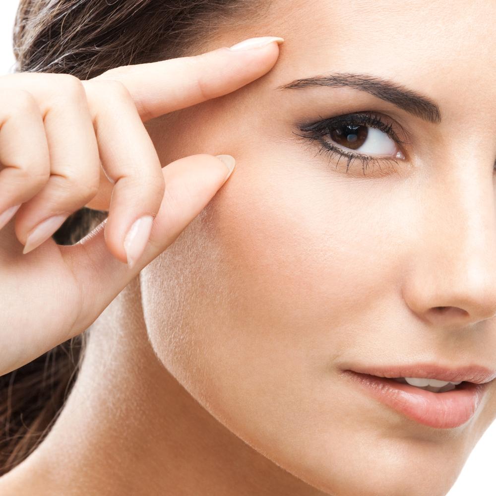 Krem pod oczy - nawilżający czy przeciwzmarszczkowy? Zobacz, czym powinien się charakteryzować dobry krem pod oczy!