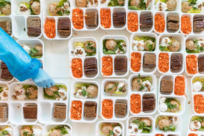 Catering dietetyczny – możliwości i korzyści diety pudełkowej