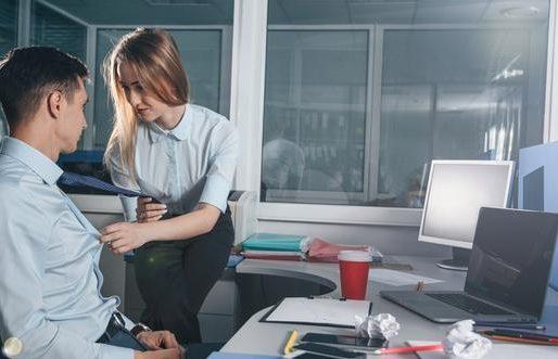 Romans w pracy – czy to się opłaca?