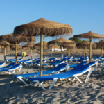 Leżakowanie w ogrodzie i na plaży – funkcjonalne i atrakcyjne meble