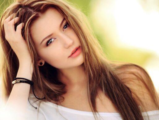 Silne i zdrowe włosy latem - jak o nie dbać, gdy słońce mocno grzeje?