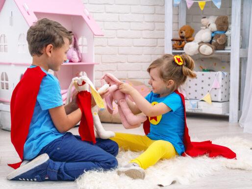 Drewniany domek dla lalek z uroczymi mebelkami - frajda dla dzieci na długie godziny