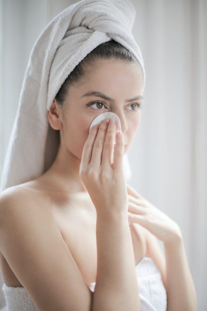 kobieta pielęgnacja skóry twarzy